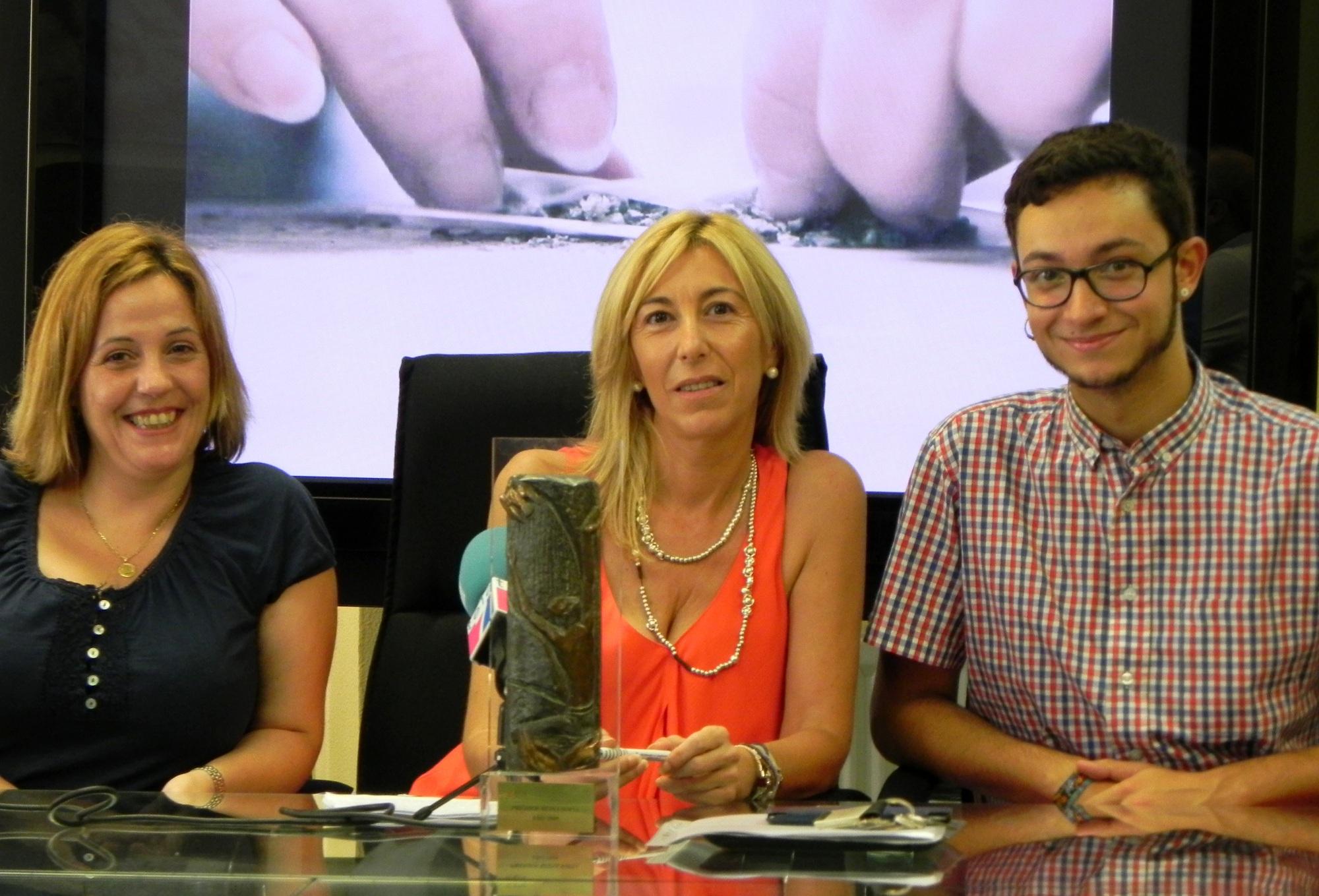 Lla concejala delegada del Área de Drogodependencias, Loli Torres, junto a la coordinadora del proyecto, Alañe Markaida y el mediador, Iñaki Peña.